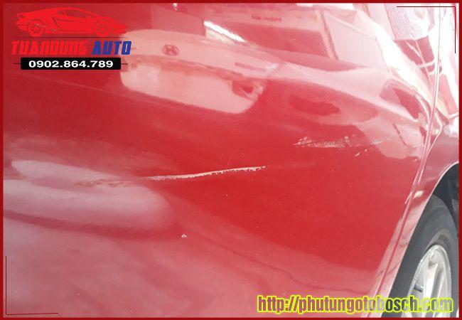 Sơn vá vỏ xe ô tô, sơn dặm xóa xước nên làm trong hãng hay ở ngoài